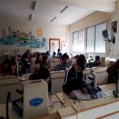 Alumnos de 1º de ESO aprendiendo a manejar el microscopio