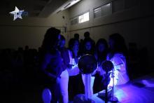 Observamos el comportamiento de los materiales bajo luz ultravioleta